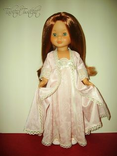 La niña por lo visto se encuentra muy elegante con este modelito que  le hice, ya que monta toda una exhibición para quitarse la bata.  ...