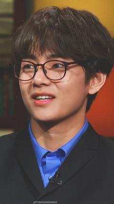 How can he even slay those ugly glasses unlike me? >>>cuz he's Kim Taehyung Jimin, Bts Bangtan Boy, Jhope, Namjoon, Foto Bts, Bts Photo, Daegu, Taehyung Cute, Kim Taehyung