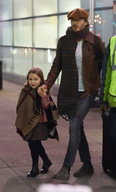 David Beckham with his adorable daughter. David Beckham Family, David Beckham Style, Mode Masculine, Stylish Men, Men Casual, David And Victoria Beckham, Look Man, Style Outfits, Hats For Men