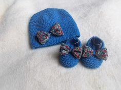 bonnet bébé et chaussons faits main en laine layette bleue et noeuds liberty , cadeau de naissance : Mode Bébé par bebelaine