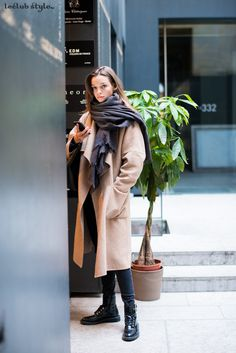 Womenswear Street Style by Ángel Robles. Fashion Photography from Paris Fashion Week. Big grey sacrf and oversized coat.