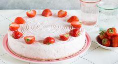 Een heerlijke frisse yoghurttaart met aardbeien. Eenvoudig te bereiden en zonder slagroom. Een lekkere traktatie!