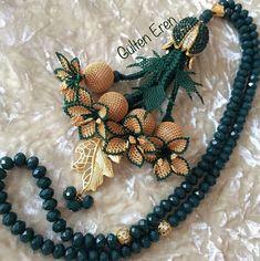 Fabric Flowers, Christmas Wreaths, Diy And Crafts, Brooch, Beads, Halloween, Holiday Decor, Crochet, Instagram