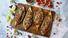 Aubergine er en grønnsak som behøver varmebehandling før den serveres. Fylt med en smakfull blanding av sopp og grønnsaker og toppet med syrlige granateplekjerner er dette et festmåltid.