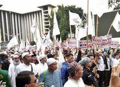 Il Pollaio delle News: Tensione alta tra polizia e manifestanti a Jakarta...