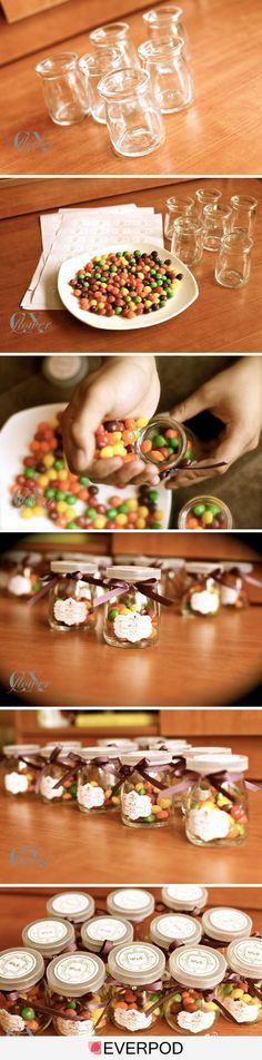 Pequeños frascos con dulces como recuerdo para los invitados de boda. www.utopik.com.mx