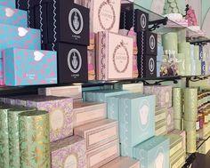 Vert, rose, ivoire, noir, bleu lilas, tant de couleurs emblématiques de la Maison Ladurée