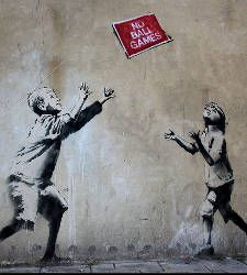Banksy is a fictional name of a street artist in England. Banksy began his graffiti art in early Started with freehand and gradually grew into stencils. Banksy Graffiti, Banksy Posters, Street Art Banksy, Bansky, Murals Street Art, Graffiti Games, Graffiti Quotes, Banksy Book, Graffiti Alphabet