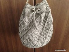 以前から編んでいた巾着バッグ、完成したので編み図アップします^^底の直径約20㎝、高さが約25㎝とけっこう大きめのバッグに仕上がりました。トルソーに持たせてみました^^ちょっと写真が暗いですが、これでサイズ感わかればいい Crochet Clutch, Crochet Bags, Clutch Purse, Purses And Bags, Beanie, Wool, Knitting, Hats, Instagram Posts