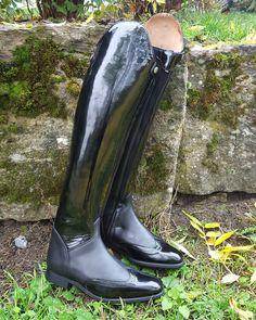 Für Saskia: Modell Goma in schwarz mit Lack budapester Vorderkappe und Außenschaft, Innenseite und Fuß in schwarzem Kalbsleder. Hartschaft und vorderer Reißverschluss.  Damit wird sie sicher auf dem Dressurplatz strahlen #reitstiefelnachmass #reitstiefel #einfachschick #luxuspur