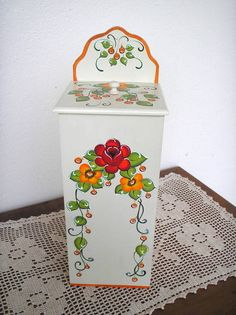 Peça em mdf - pintura decorativa bauernmalerei R$ 46,00 Wooden Boxes, Painting On Wood, Painted Furniture, Diy And Crafts, Decorative Boxes, Ceramics, Home Decor, Blue Bags, Craft Tutorials
