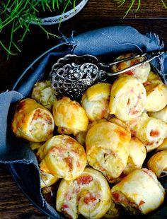 Schnelles Party Rezept: Schnelles Party Rezept: Blätterteigschnecken mit Schinken, Salami, Crème fraîche, geriebenem Gouda