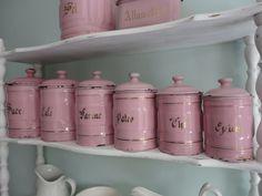 Prachtige set roze emaille voorraadpotten.