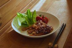 8時間かけてじっくり作る『究極の生姜焼き』はまるでうな重のような贅沢な食事体験を味わえる。ふっくらと柔らかい豚肉に濃厚な特製ソースが絡んだその味わいはご飯が何倍あってもたりないほどだ。