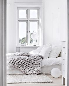 'Minimal Interior Design Inspiration' is a biweekly showcase of some of the most perfectly minimal interior design examples that we've found around the web - Style Deco, White Rooms, All White Bedroom, Master Bedroom, White Walls, Airy Bedroom, Light Bedroom, Clean Bedroom, Comfy Bedroom