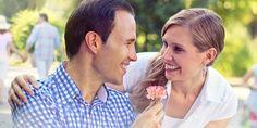 Marido dando uma flor à esposa