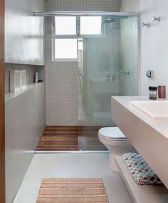 O rasgo na parede deu amplitude ao banheiro.