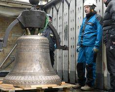 01/2016 - Les équipes de Bodet campanaire réinstallent les 3 cloches de l'église de Garidech qui retrouvent leur clocher après avoir été restaurées.