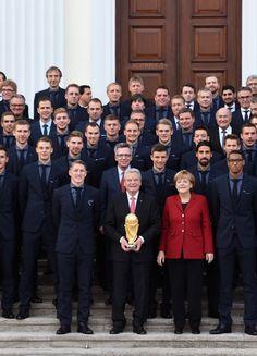 Schweini, Özil & Neuer : Diese Frau bringt alle drei zum Strahlen!