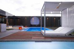 gazébo et abri soleil pour jardin avec piscine par Rollingstone Landscapes