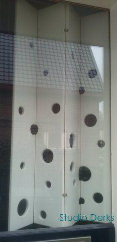 """Op maat ontworpen door Studio Derks raambekleding """"Luik in harmonicavorm met speelse openingen""""."""