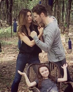 Omg this is photoshopped but still so funny 😂 and Hope's face 🤣 The Vampire Diaries, Vampire Diaries Poster, Vampire Diaries Wallpaper, Vampire Diaries The Originals, The Originals Rebekah, The Originals Tv Show, Originals Cast, Hayley And Klaus, Klaus And Hope