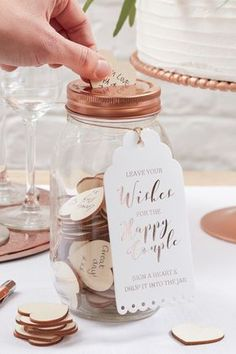 Eine originelle Alternative zum klassischen Gästebuch bei der Hochzeit! Die Gäste können ihre Glückwünsche auf Herzen schreiben und in das Glas einwerfen. Wunderschön und romantisch! #hochzeit #gästebuch #hochzeitsgästebuch