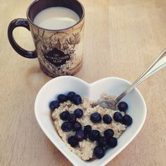 BREAKFAST  first time having cookies 'n' cream protein powder, it's like a quest bar in proats form omg  topped with blueberries, zero syrup and accompanied by a big cup of tea, obvs  #healthandfitness #healthyselves #porridge #oats #proats #blueberries #eatclean #traindirty #cleaneating #healthy #nutrition #fooddiary #Padgram