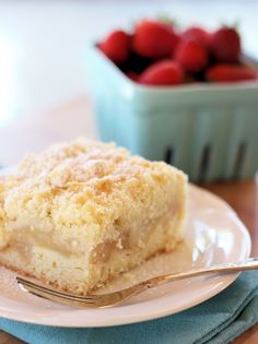 Apple Crumble Slice - it consists of a cake like base, a layer of cinnamon flavoured apple, and then finished off with a crumble topping. Apple Cake Recipes, Apple Desserts, Just Desserts, Dessert Recipes, Apple Cakes, Kabob Recipes, Fondue Recipes, Drink Recipes, Def Not