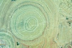 Un reticolo naturale di una superficie di pietra Fotografia Stock