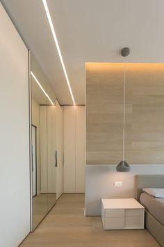 """Casa """"FG"""" bianco scolpito: Camera da letto in stile in stile Moderno di MAMESTUDIO Closet Lighting, Bedroom Lighting, Fake Walls, Architectural Lighting Design, False Ceiling Design, Light Architecture, Modern Room, Retail Design, Interiores Design"""