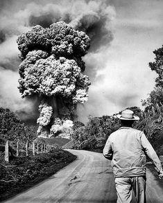 """""""El fotógrafo John Malmin se acerca a la parte superior del volcán. A la derecha se ve Vial Jim, estudiante graduado de la Universidad del Sur de California y profesor de la Universidad de Costa Rica""""."""