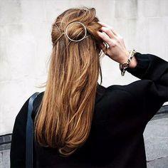 flair zeigt Ihnen die inspirierendsten Chignon-Kreationen, minimalistisch-elegante Zöpfe, sowie raffiniert verknotete Flechtfrisuren.