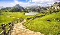 Explora lo mejor de Asturias, desde sus montañas más altas hasta sus playas, valles y ciudades llenas de historia.