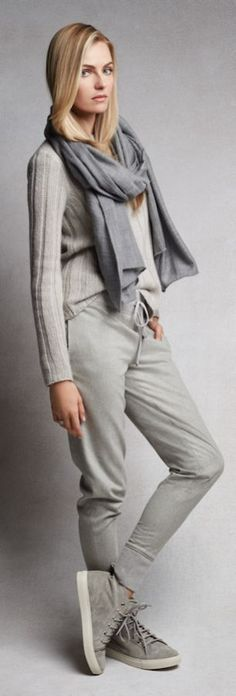 Luxe et décontraction : pantalons de jogging ultra doux en cachemire gris et baskets en daim — le look décontracté ultime.