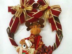 Guirlanda de Natal Rena com ursinho  Espere o Natal com um lindo enfeite em sua porta! Guirlanda com rena e ursinho, enfeites e laços em vermelho e dourado. R$ 30,00