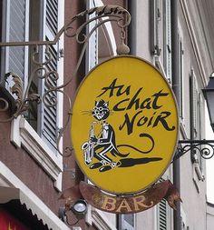 Enseigne chat noir dans le monde. Yellow sign, #Carouge, Switzerland.
