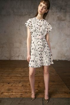 See the complete Giambattista Valli Resort 2018 collection.
