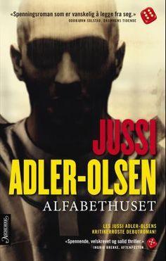 """""""Alfabethuset"""" er Jussi Adler-Olsens kritikerroste debutbok - en krigsroman og en nervepirrende psykologisk thriller.  Det er annen verdenskrig, og de engelske jagerflygerne James og Bryan blir under et oppdrag skutt ned over Tyskland."""