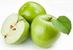 Home Remedies eat green apples to help prevent control acne pimple fighting breakouts. they contain quercetin a powerful antioxidant and anti-inflammatory Home Remedies For Ringworm, Natural Home Remedies, Skin Care Remedies, Acne Remedies, Vitamine B17, Get Rid Of Ringworm, Health Tips, Health And Wellness, Vitamins