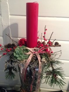 Christmas decoration in red and nature with ilex. www.stinassmag.com