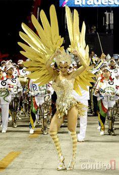 Ana desfilou com a fantasia de um grande pássaro dourado com enormes asas nos braços, na Grande Rio