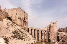 Szíria, Aleppo, Citadella - PROAKTIVdirekt Életmód magazin és hírek - proaktivdirekt.com Beautiful Buildings, Monument Valley, Construction, Nature, Travel, Castles, Building, Naturaleza, Viajes