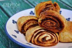 A korvapúszti eredendően svéd eredetű kelt tészta, a fahéjas tekercset azonban jó ideje jellegzetesen finn édességnek tartják számon világszerte; kelt tészta az alapja, hasonlít a hagyományos kelt fahéjas csigára, a különbség talán annyi, hogy a tésztához több vajat használnak és kardamommal ízesítik. A töltelékhez is relatíve sok vajat és cukrot használnak fel; a megtöltött tésztából kis koszorúkat formáznak vagy trapéz formára vágott tekercsként sütik ki és a tetejét megszórják jégcukorral… Pancakes, Muffin, Baking, Breakfast, Recipes, Food, Morning Coffee, Bakken, Essen