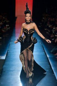 Nabilla chez Jean Paul Gaultier :  une robe très féline