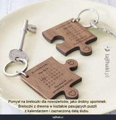 Prezent na ślub - Pomysł na breloczki dla nowożeńców, jako drobny upominek.  Breloczki z drewna w kształcie pasujących puzzli  z kalendarzem i zaznaczoną datą ślubu.