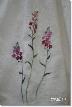 아이보리 린넨 거즈 원단으로 아주 편한 고무줄 치마를 만들어..... 단아한 꽃 3송이를 자수로 표현해주고....