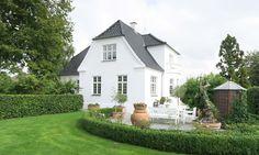 Villa i Glamsbjerg - Bøjsø Danish House, Little Cottages, Display Homes, Scandinavian Home, White Houses, Classic House, House Goals, Home Fashion, Future House
