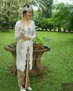 Kebaya Pengantin Sunda Indonesian Kebaya, Kebaya Bali, Javanese Wedding, Indonesian Wedding, Organza Dress, Lace Dress, Kebaya Wedding, Model Kebaya, Kebaya Muslim