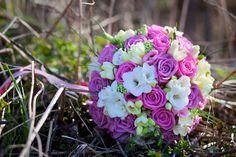 Růžová variace- kulatá svatební kytice z růží a frézií, kulatá, vatičkovaná,omotáno stuhou,lze dodat i v jiných barvách